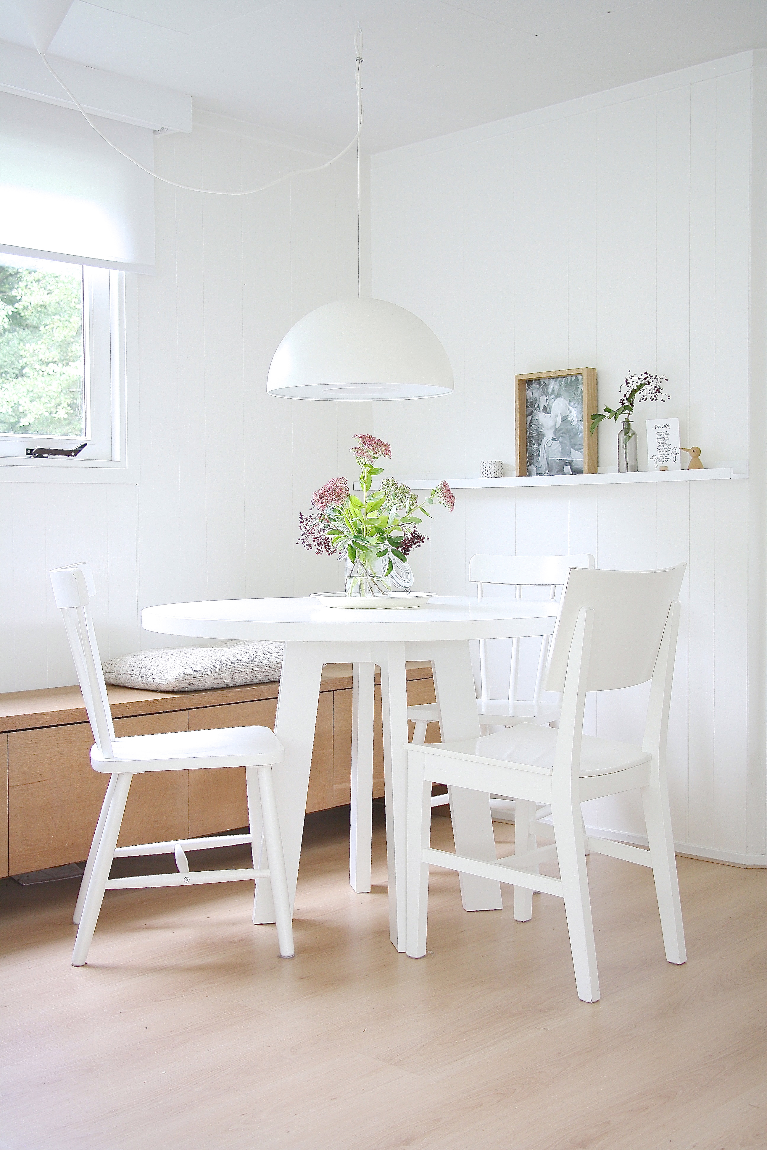 Inside scoop a scandinavian style retreat avenue for Table salle a manger ronde blanche