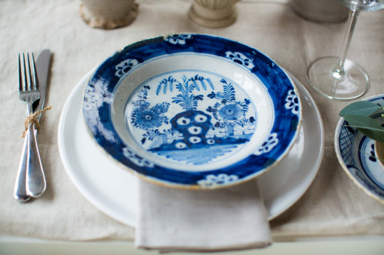 Delft Blue Inspired Christmas Table / Photography: Anouschka Rokebrand; Styling and concept: Holly Marder/Avenue Lifestyle